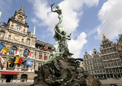 Rynek w Antwerpii z piękną fontanną pośrodku