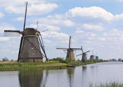 Wiatraki położone nad kanałem w Kinderdijk