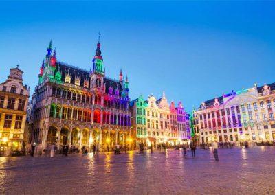 Pięknie oświetlony rynek w Brukseli