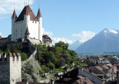 Zamek górujący nad miastem Thun