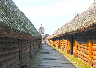 Odrestaurowane chaty w Biskupinie