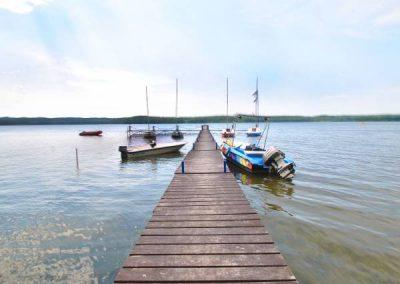 Widok na pomost i łodzie przy pomoście w Charzykowych