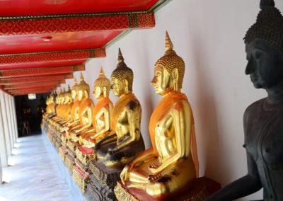 Posągi w pozycji modlitwy