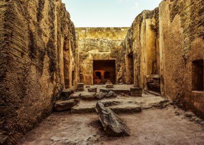 Kamienne grobowce z otworami