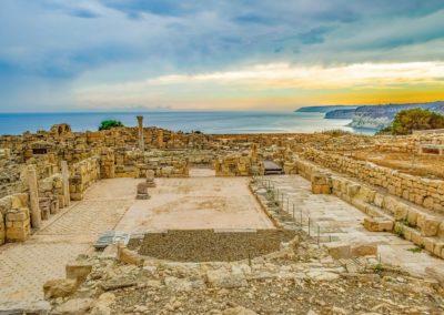 Ruiny antycznego miasta z widocznym forum romanum i morzem