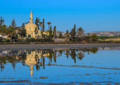Jezioro z widocznym w tle meczetem i palmami