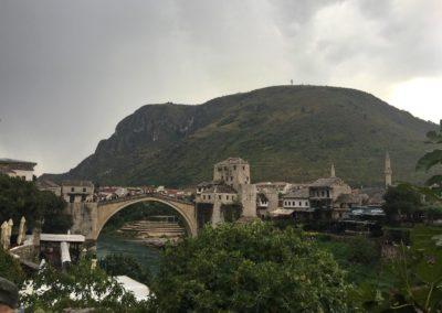Most w Mostarze oraz panorama miasta