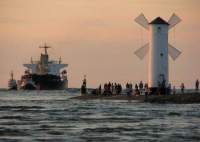 Wpływający statek przy latarnii morskiej w Świnoujściu