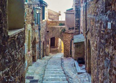 Urocza kamienna uliczka w Calvi