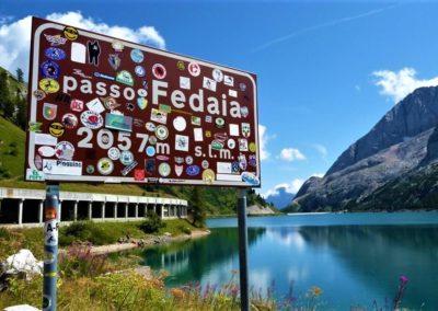 Przełęcz Passo Fedaia z widokiem na jezioro i góry