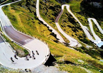 Widok na kręte drogi prowadzące na przełęcz Gavia