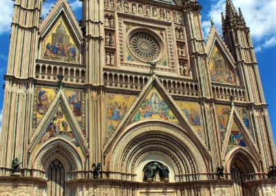 Piękny front katedry w Orvieto