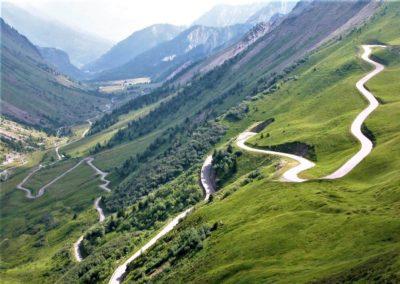 Liczne zakręty w drodze na przełęcz Glandon