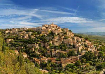 Urocze miasto Gordes na wzgórzu