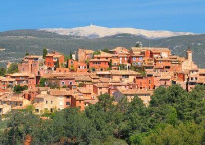 Miasto na wzgórzu z czerwoną zabudową - Roussillon