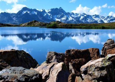 Pięknie położone jeziora na tle Alp we Francji
