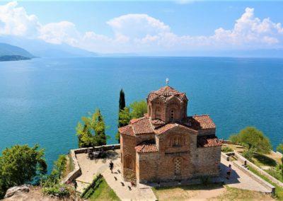 Klasztor świętego Nauma położony nad jeziorem Ochrydzkim