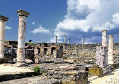 Ruiny antycznego miasta Stobi z licznymi kolumnami