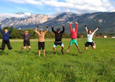 Alpe-Adria - grupa skacze nad łąką