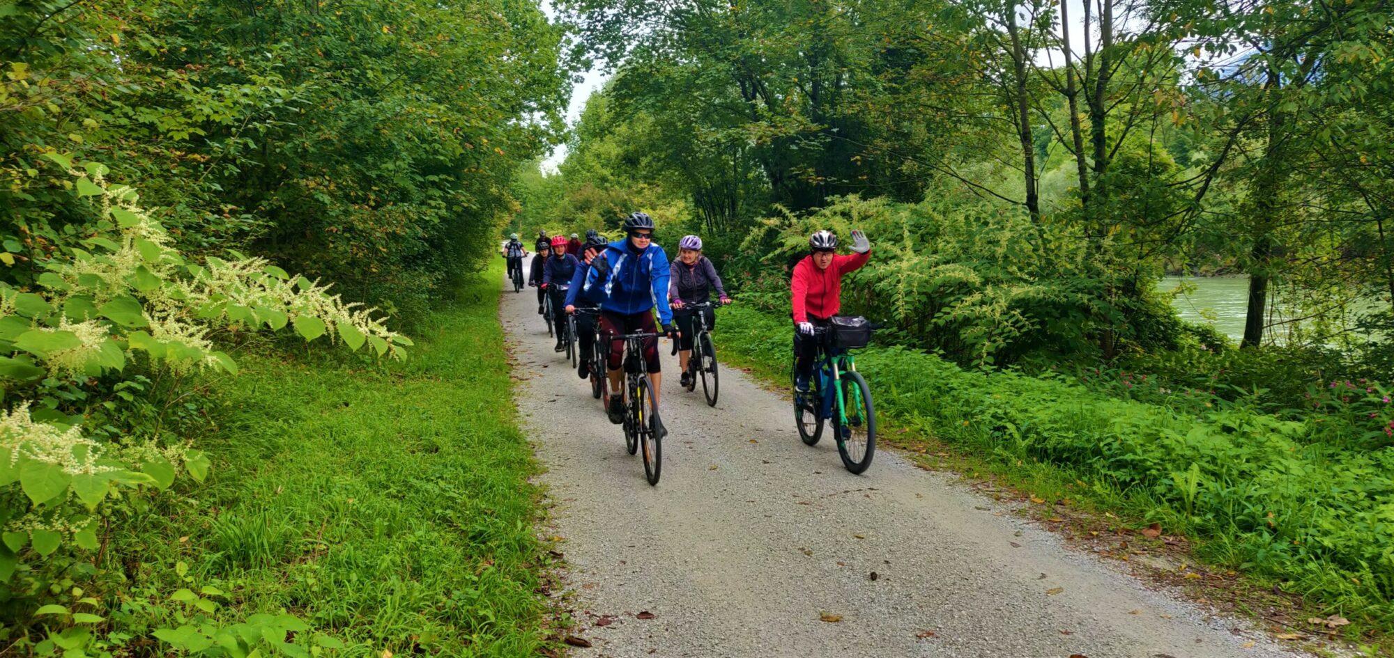 Przejazd rowerami przez las