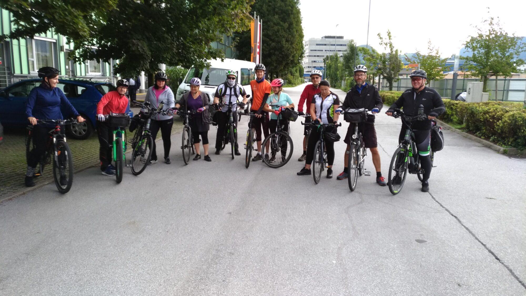 Zdjęcie grupowe - wycieczka rowerami