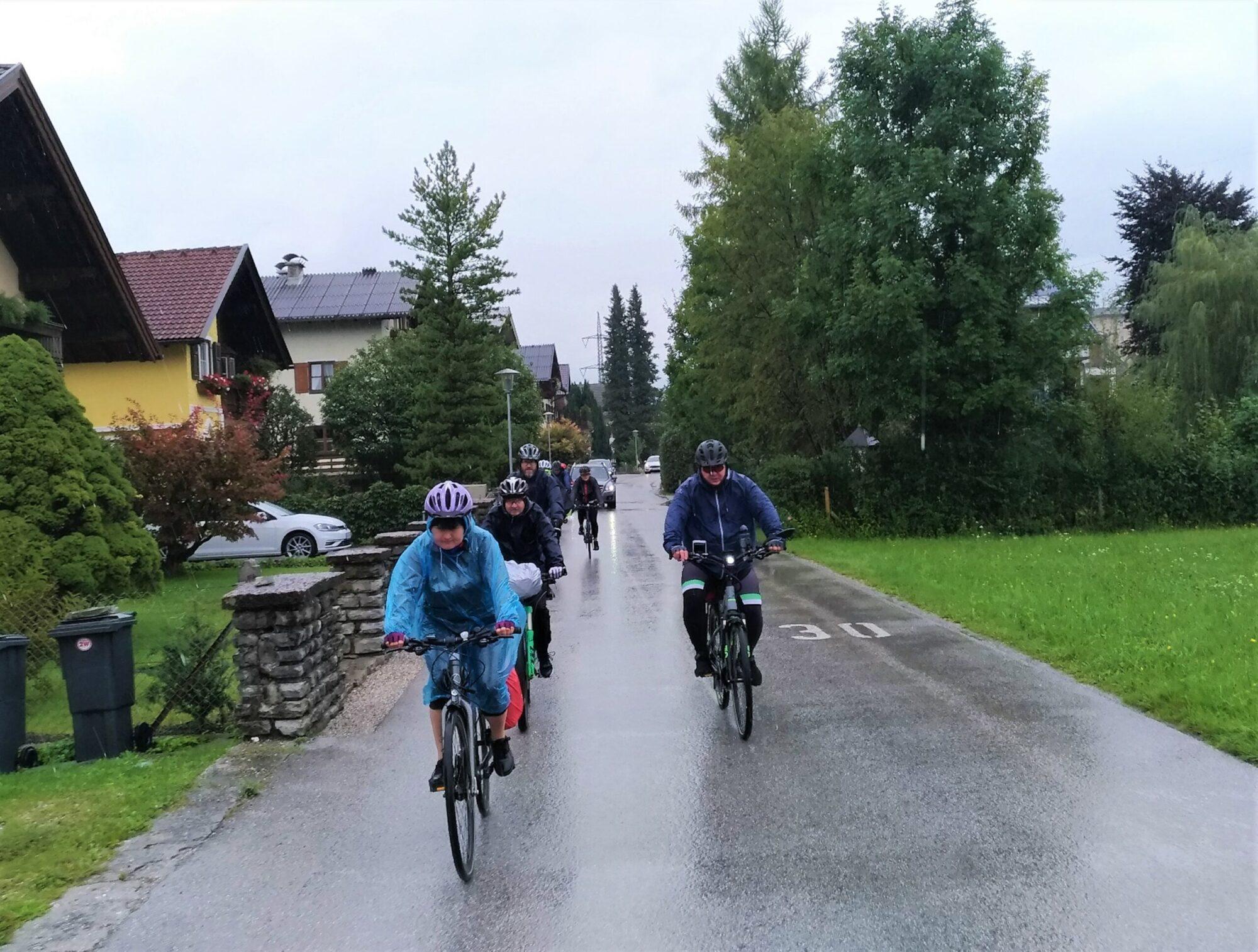 Rowerzyści w deszczu